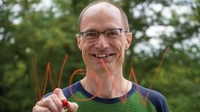 "Mark Saltveit writes ""Wow"" on a piece of glass"