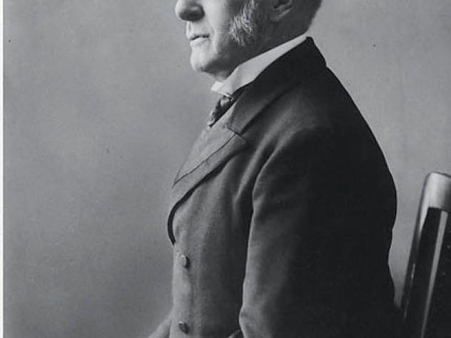 A formal portrait of Eliot taken around 1910