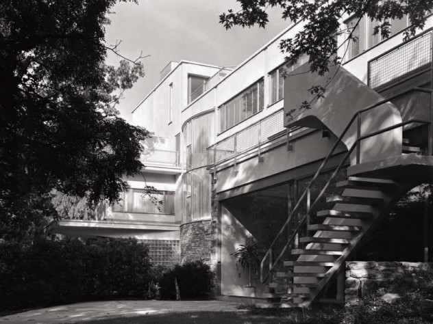 Exterior of the Frank House, showing its Bauhaus features