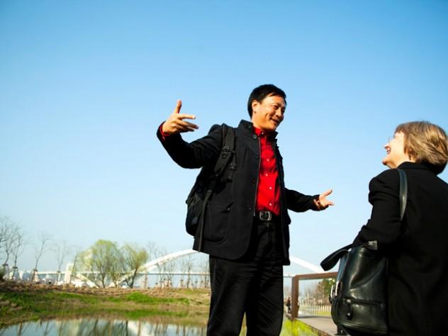 At the site, designer Yu Kongjian explains his vision to President Faust.