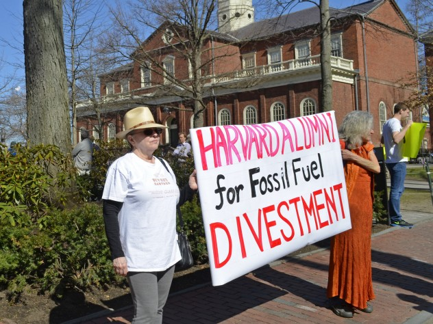 Alumni show their support for divestment.