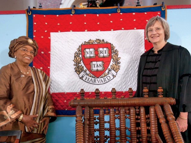 Presidents Ellen Johnson Sirleaf and Drew Faust with a gift from Liberia