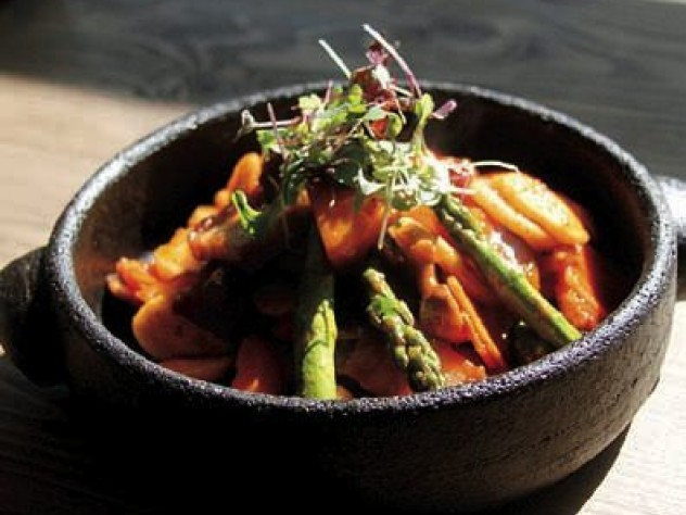 Spicy rice cake topped with fresh vegetables
