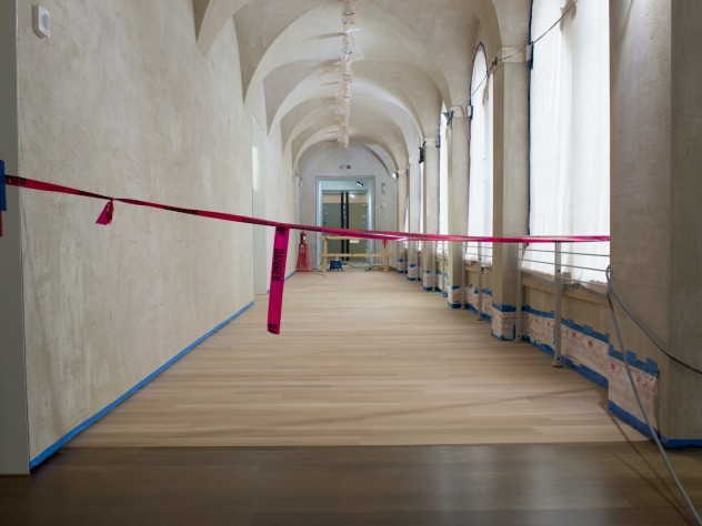 The second-floor arcade with its arched ceilings preserves a visual detail from the old Fogg—but in fact the ceilings are all new, the work of local master craftsmen. The floors of the galleries and other spaces throughout the upper stories of the building are walnut-stained oak. This floor is being stained.