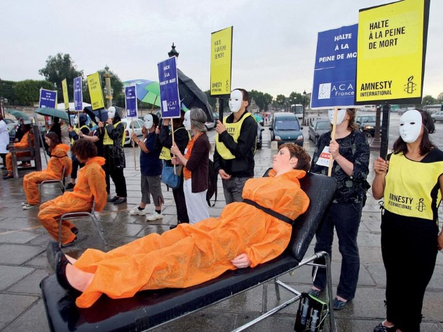 Photo of Paris protestors at a demonstration against the death penalty in the United States