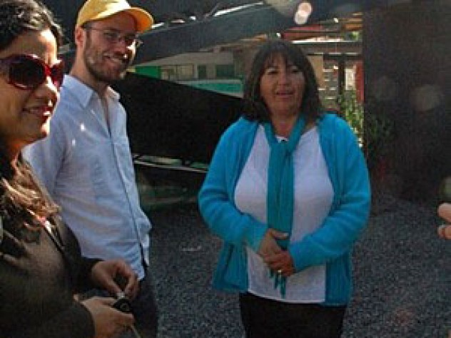 Cecilia Castro (right) talks with Gonzalo Arteaga and another resident of the Renca project.