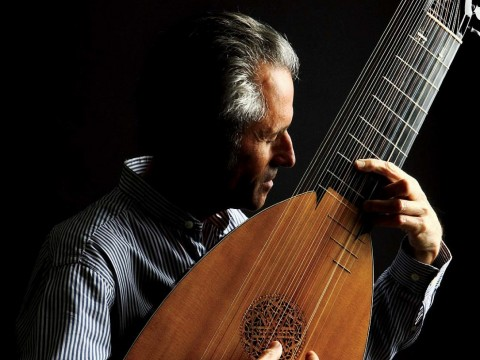 Hopkinson Smith playing the German theorbo built for him by Joel van Lennep